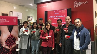 The Beijing OCEX presented our coffee to Chinese businessmen at the Casa Perú store.